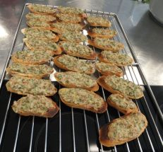 Crostini mit Käse-Schinken-Kräutercreme