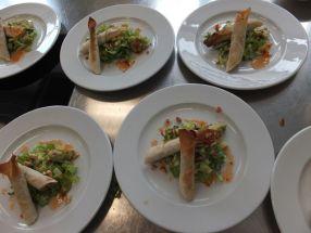Börek mir Erdnuss-Halloumi-Speck-Füllung und Salat