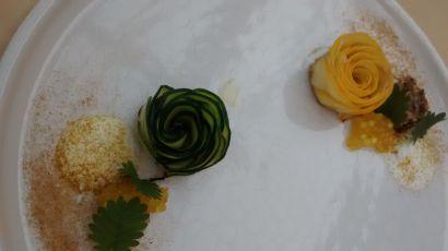 Zucchini mit geräuchertem Joghurt, Kurkuma und Ananascurry
