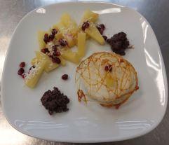 Kokosmilchreis mit Ananasragout und Bitterschokoladen-Knusper