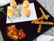 zum Apéritif - aufgeschlagene Eiercreme mit Gewürzen und Zucchini, geröstete Vollkornbrotstangen und Steinpilztarte