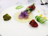 Über Holzkohle gegrillte Aubergine mit fermentierter grüner Zebratomate, confierter Kirschtomate, Pesto und geliertem weißem Tomatenfond