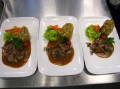 Kalbsragout mit Rosenkohl, glasierten Karotten, Rosmarin Serviettenknödel und Speckchampignons