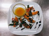 Gebackene Süßkartoffeln mit Frühlingszwiebeln, Chili und Mangodip