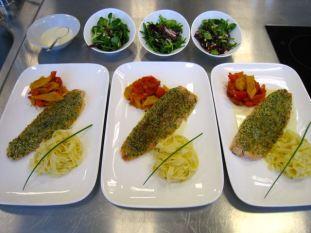 Forellenfilet mit Kräuterkruste, Weißweinsauce, Peperonata, Zitronentagliatelle und gemischtem Salat