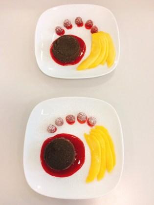 Schokoladenkuchen mit Mangospalten