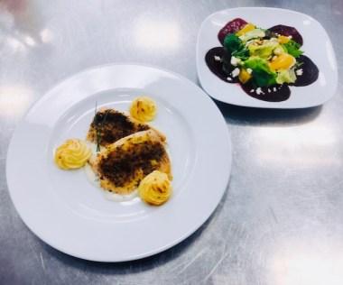 Lachsforelle mit Kruste, Kräutercreme und Salat