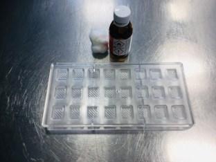 Schokoladenform (Polycarbonat-Formen zum Gießen von Pralinen und -Hohlkörpern) mit Watte