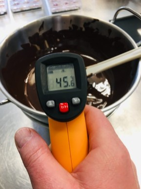 Kuvertüre sachte bis etwa 45 °C erhitzen - die Kuvertüre sollte nicht zu heiß (über 50 °C) werden