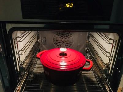 abgedeckt ca. 1 1/2 bis 2 Stunden bei 160 °C Heißluft im Backofen schmoren