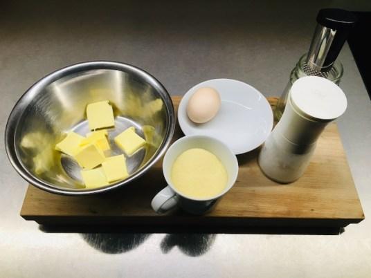 50 g zimmerwarem Butter, 1 Ei, 100 g Hartweizengrieß, Salz, Muskat