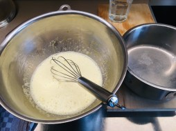 heiße Vanillemilch nach und nach