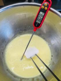 die Masse bis etwa 80 ° C erhitzen