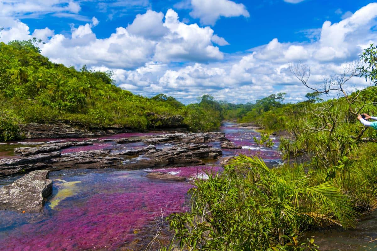 Lélegzetelállító videó a folyóról, ami úgy néz ki, mint a folyékony szivárvány