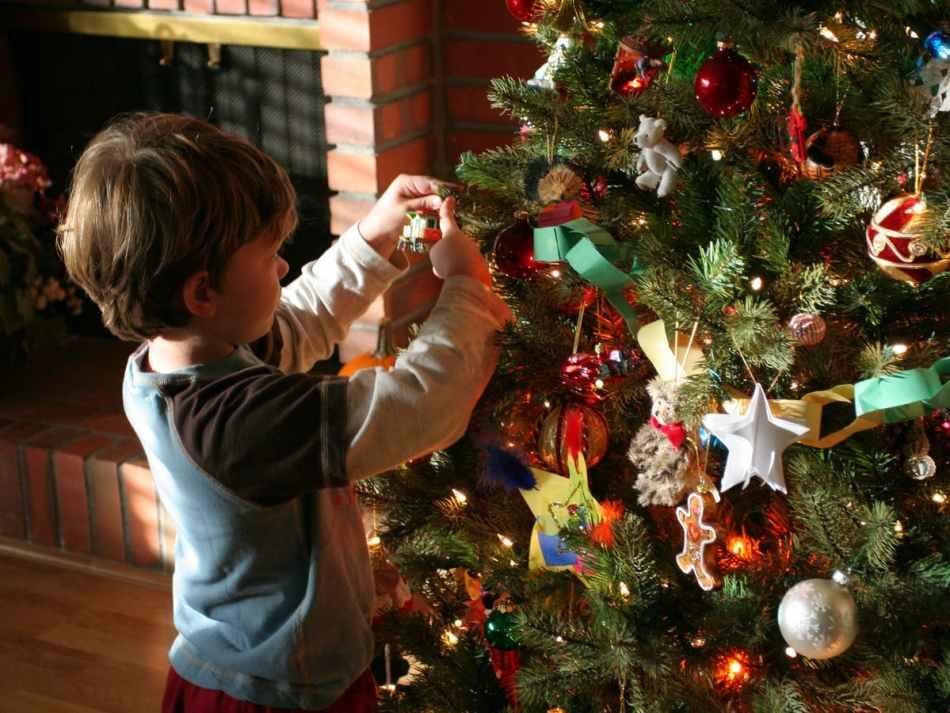 親子佈置聖誕樹,能令小孩增加對聖誕節的認識,及聖誕的起源, 倍添 聖誕氣氛