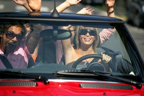 Jonge bestuurders in een cabrio huurauto