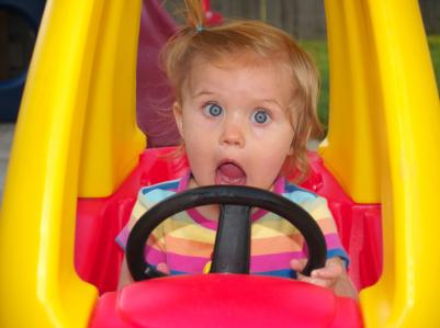 Klein meisje achter het stuur
