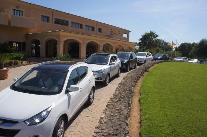 Alle Sunny Cars op een rij voor het hotel