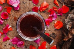 Melinis din petale de trandafiri crude, cufundate în miere de salcâm