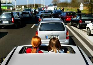 Ferien jetzt! Doch zunächst ist Stau auf der Autobahn. Bild: Robin Utrecht/ Keystone