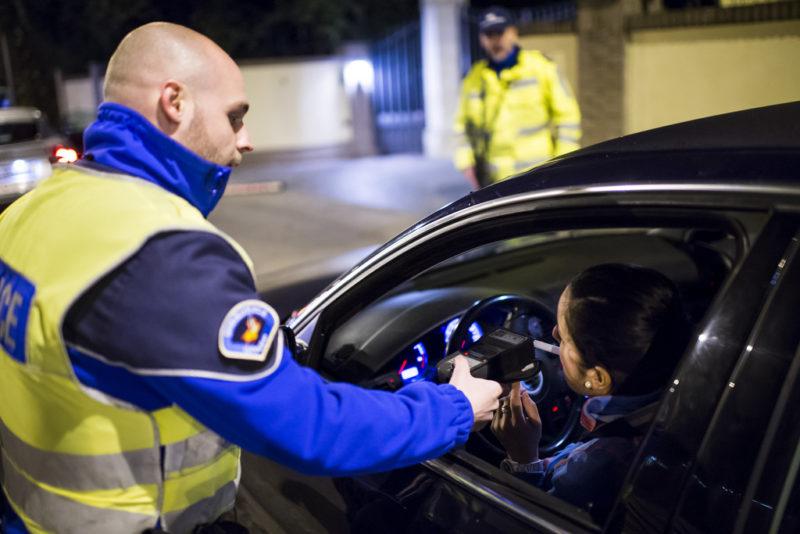 Kontrolle setzt kein Verdachtsmoment mehr voraus: Alkoholtest bei Autofahrern in der Romandie. Foto: Jean-Christophe Bott (Keystone)