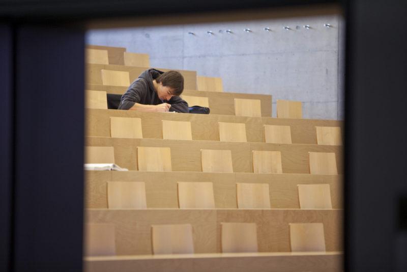 A student works in an auditorium of the economics and social sciences faculty, pictured on December 9, 2009 at the University of Fribourg in Switzerland. (KEYSTONE/Martin Ruetschi) Ein Student arbeitet in einem Hoersaal an der Wirtschafts- und Sozialwissenschaftlichen Fakultaet der Universitaet Freiburg. (KEYSTONE/Martin Ruetschi)