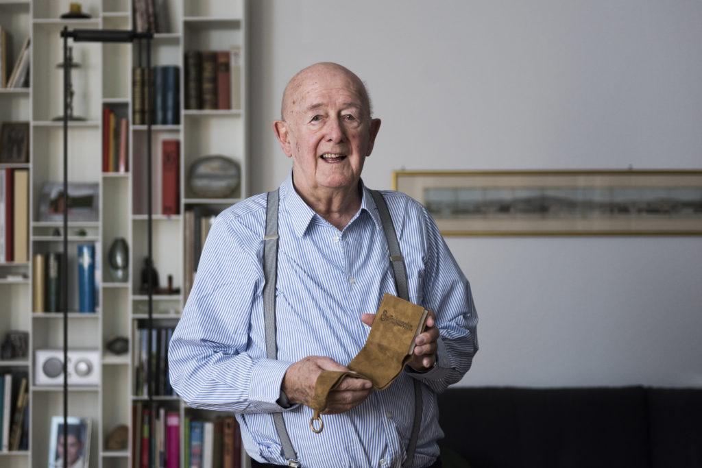 Der 89-jährige Christian Hürlimann hat sich einen Wunsch erfüllt, den er seit fast 50 Jahren hegt: Er liess ein Beutelbuch aus dem Jahr 1535 nachbilden. Für Reisende im Mittelalter war es so eine Art Handy. Kostenpunkt: 880 Franken. (Foto: Urs Jaudas)