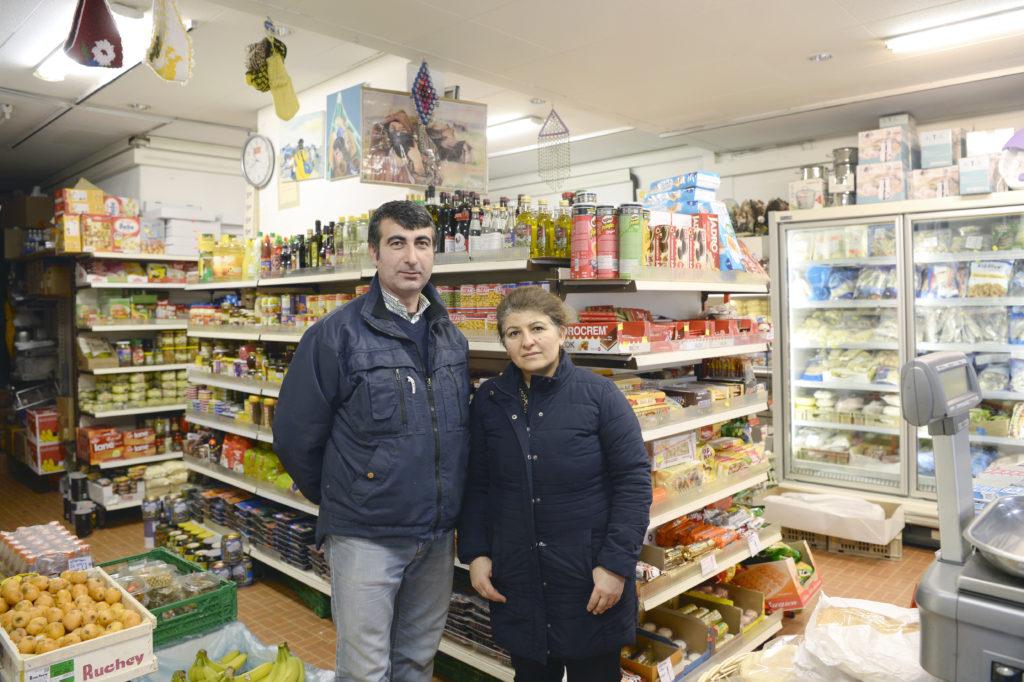 Die Immobilienverealterin Wincasa verlangt vom Dirok Market an der Limmatstrasse, dass dieser künftig keine Lebensmittel mehr verkauft. Das Ladeninhaber-Ehepaar Fatma und Hasan Yapici überlegen sich nun, eine Unterschriftensammlung bei ihren Kunden zu starten. (Foto: Doris Fanconi)