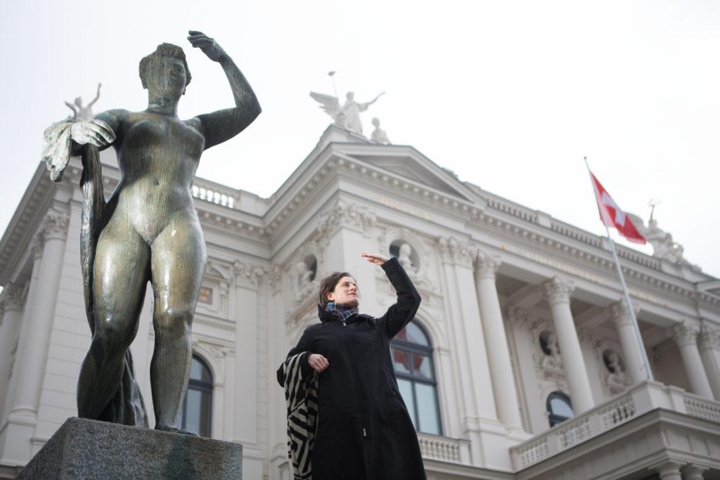 Was die Geschichte der Frauen angelangt,hält Zürich noch einige Überraschungen bereit. Ursina Largiadèr vom Verei Frauenstadtrundgang weiss, wo. Beispielsweise auf dem Sechseläutenplatz. (Foto: Sabina Bobst)