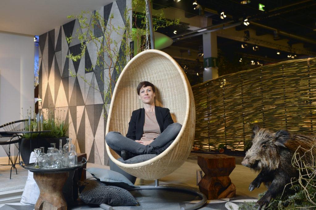 Kathrin Stengele, Fachfrau für Balkon- und Terrassengestaltung, mag grüne und auch mal wilde Balkone. Sie ist noch bis am Sonntag an der Gartenmesse Giardina in Oerlikon anwesend. (Foto: Doris Fanconi)