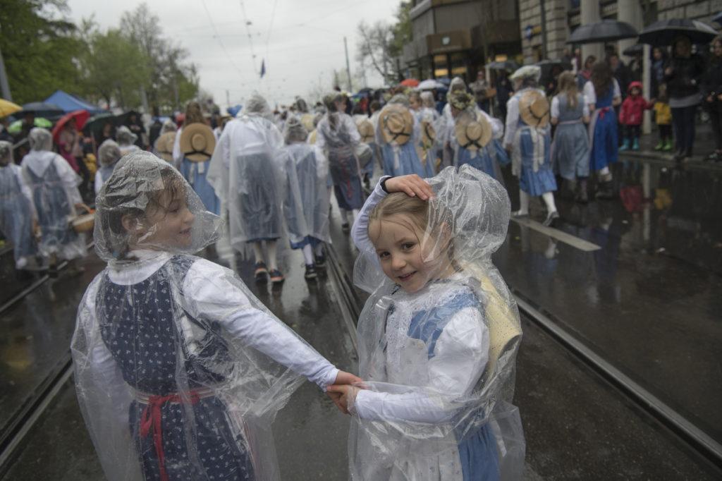 Ohne Plastikumhang ging es nicht: 2680 Kinder haben dem nasskalten Wetter am Kinderumzug des Sechseläutens getrotzt. Ihrer guten Laune konnten die widrigen Wetterumstände nichts anhaben. (Foto: Doris Fanconi) Zum Artikel