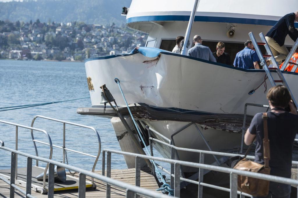 Das Motorschiff Albis rammte die Anlegestelle von Küsnacht und beschädigte sie dabei so stark, das sie für zwei Wochen geschlossen werden muss. Auf dem Schiff wurden zehn Personen verletzt, drei davon schwer. Foto: Reto Oeschger) Zum Artikel