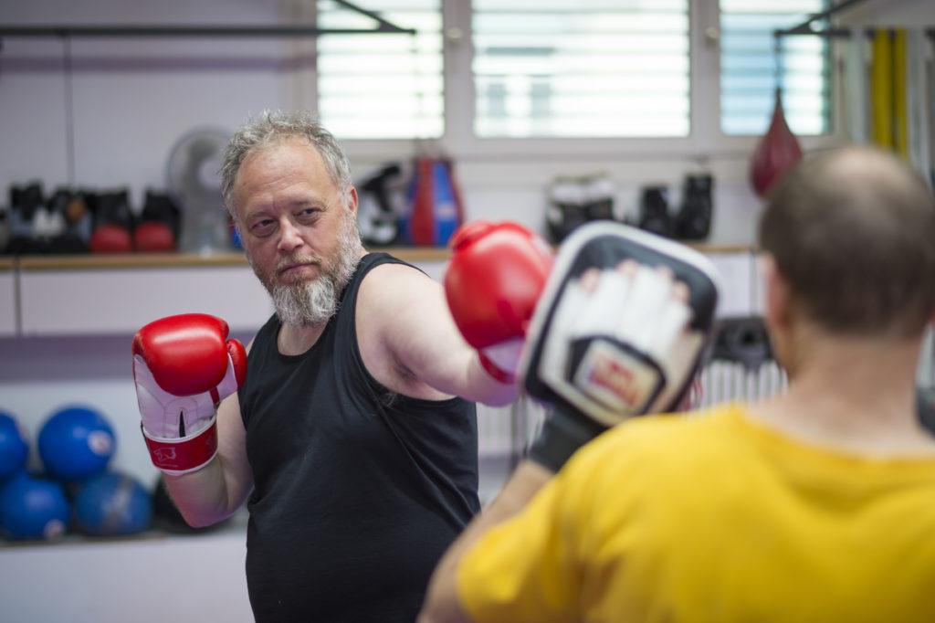 Ein Boxtraining beginnt wie ein Tanzkurs. Kommen zur Beinarbeit die Schläge dazu, verlierte der Untalentierte aber bald die nötige Koordination. TA-Redaktor Thomas Zemp bezieht im Boxring Prügel. (Foto: Urs Jaudas) Zum Artikel
