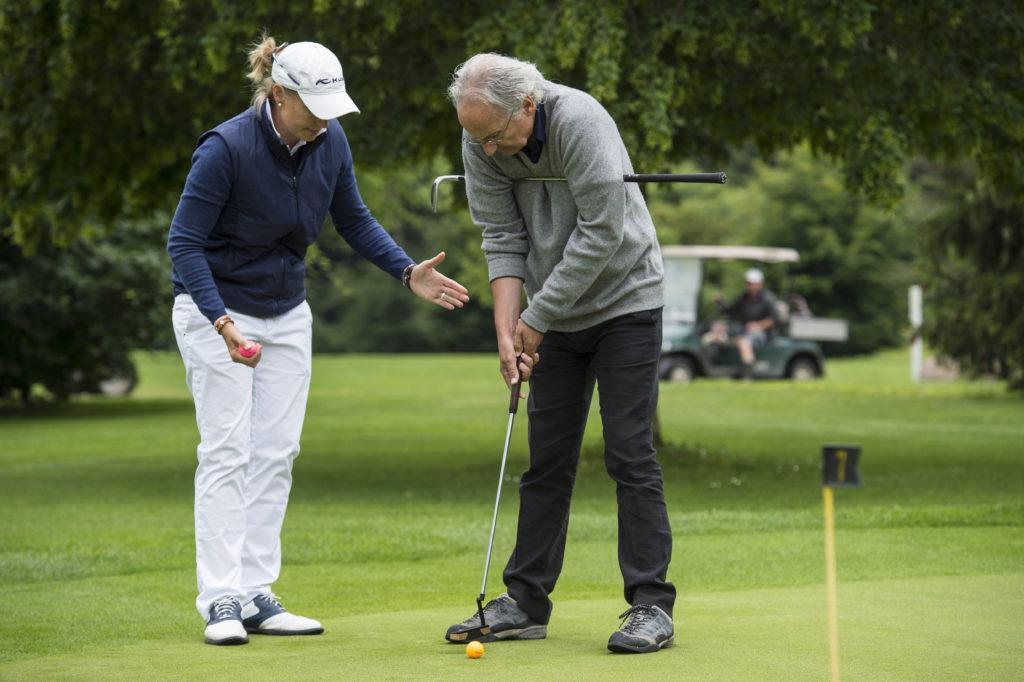 TA-Redaktoren versuchen sich in einer Sommerserie als Olympionik, Jürg Rohrer versuchte sich als Golfer. Aber schon nach zwei Stunden Golfkurs war für ihn klar: Das Spiel hat seinen Reiz. Aber Berge sind reizvoller als Löchter. (Foto: Reto Oeschger) Zum Artikel