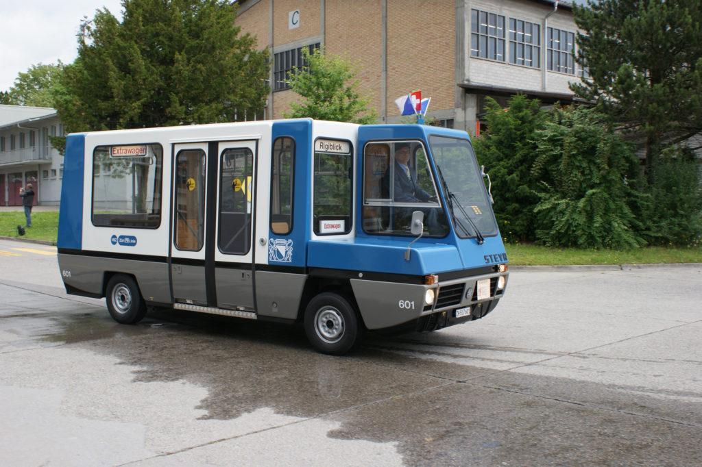 Was ist das denn auf Zürichs Strassen? Ab und zu taucht dieses seltsame Gefährt der VBZ auf den Strassen der Stadt auf. Der aussrangierte Kleinbus war schon bei der Anschaffung ein Unikum. Heute gehört der Bus Peter Kamm, der in das Fahrzeug rund 2000 Renovierungsstunden steckte. (Foto: Marc Hanselmann)
