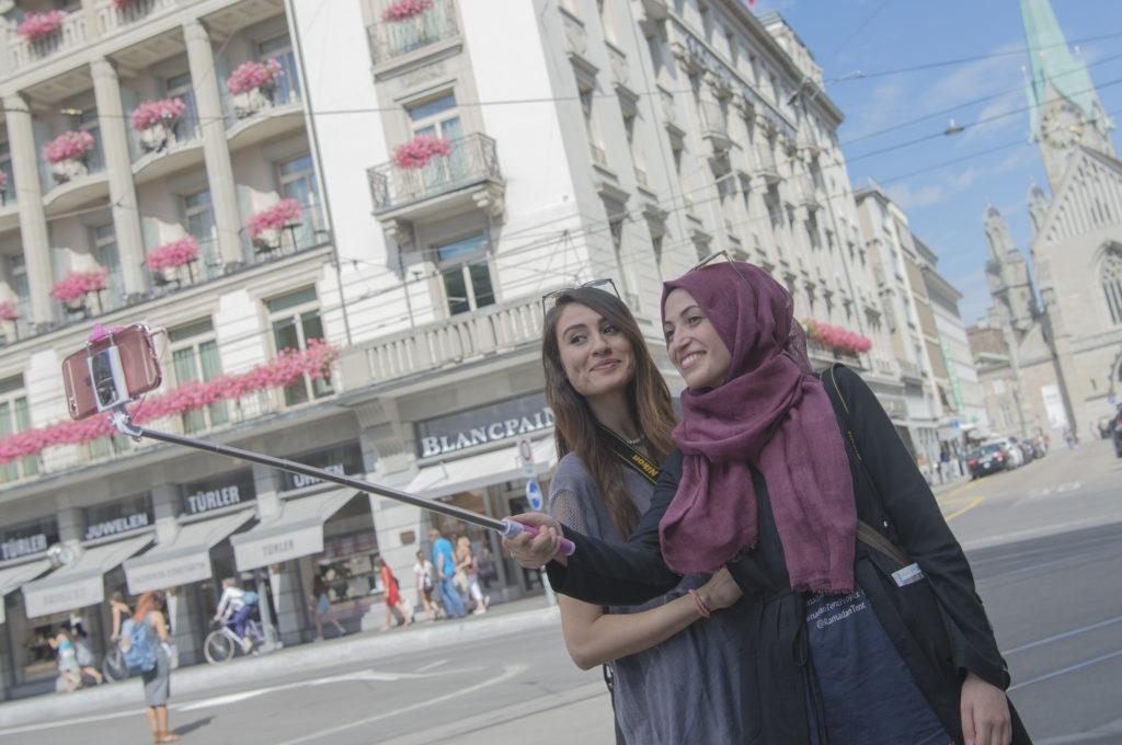 Innert drei Jahren hat sich die Zahl der Touristen aus den Golfstaaten in Zürich fast verdoppelt. Nun reagieren die Restaurant und Geschäfte. Sie stellen beispielsweise Mitarbeiter an, welche die Kundschaft in ihrer Muttersprache (Foto: Doris Fanconi) Zum Artikel