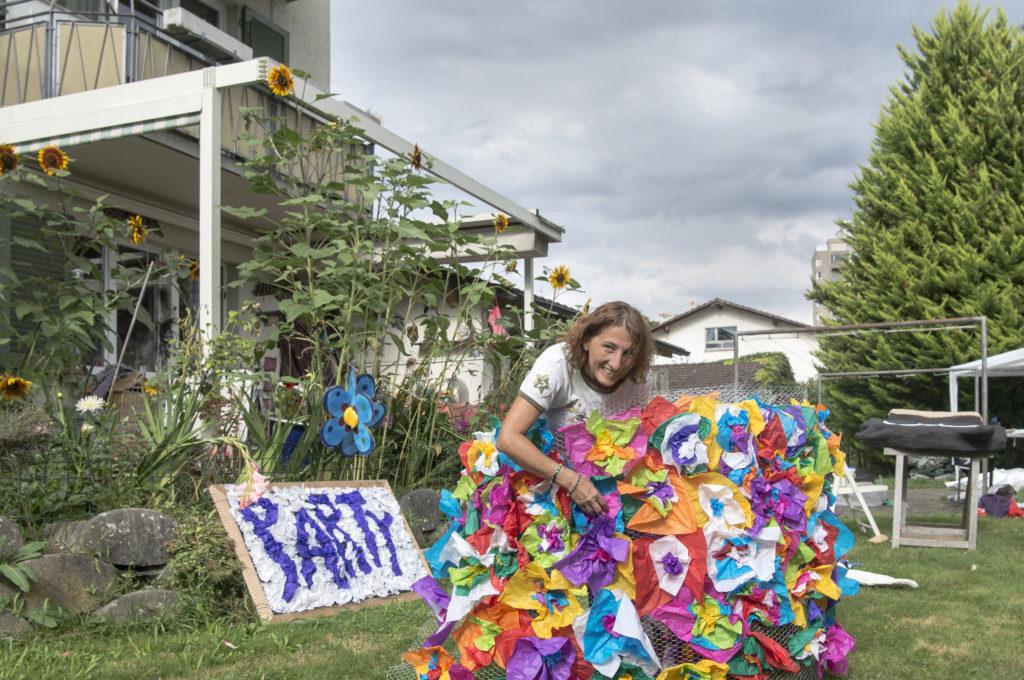 Sie ist von Start an dabei und hat der Street-Parade bis heute die Treue gehalten: Jris Carducci dekoriert seit 1993 Love-Mobiles. Dieses Jahr gestaltet sie den ganzen Hechtplatz um. Zur Feier der Stunde hat sie auch einige DJs der ersten Stunde aufgetrieben. (Foto: Doris Fanconi) Zum Artikel