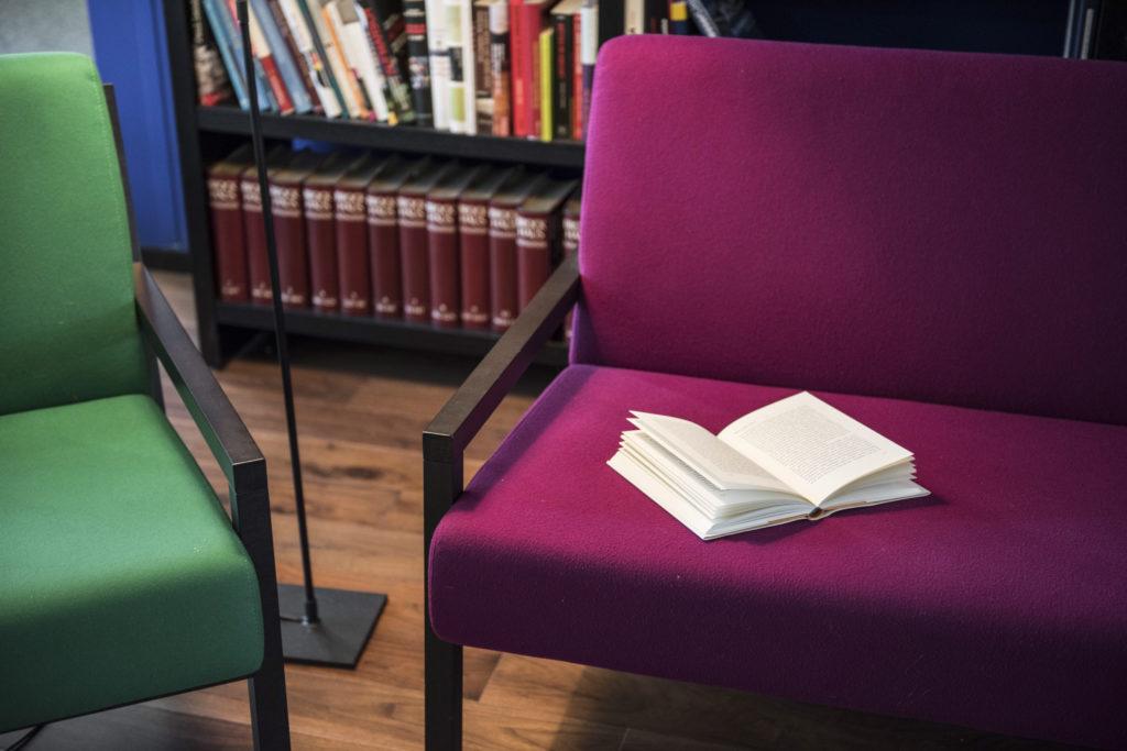 Für Züritipp: Buch auf Sofa (Tamedia AG/Thomas Egli 18.11.2015)