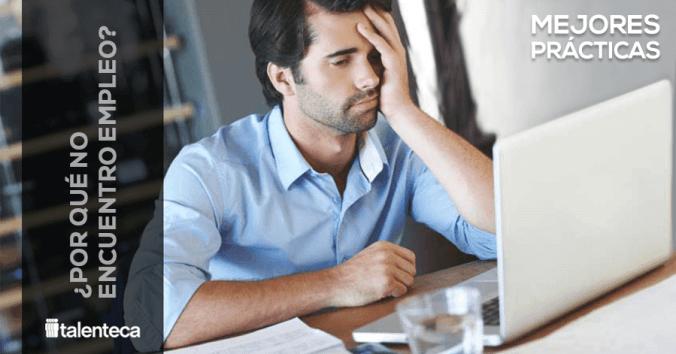 Persona frente a laptop frustrada preguntándose porqué no encuentro trabajo
