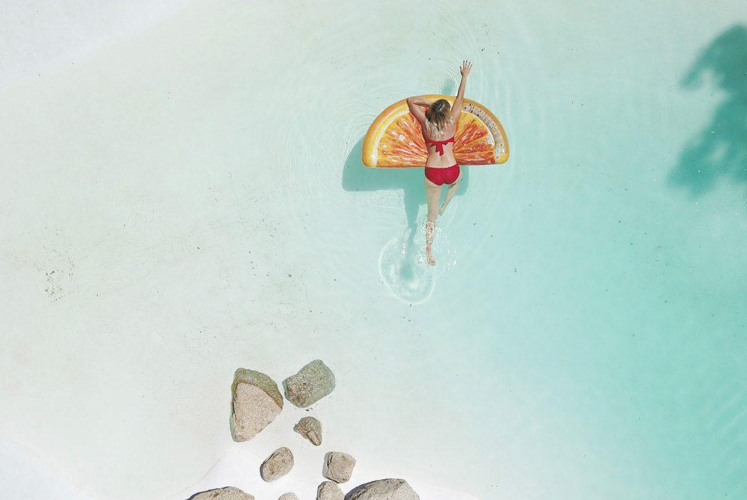 plano aereo mujer en playa paradisiaca
