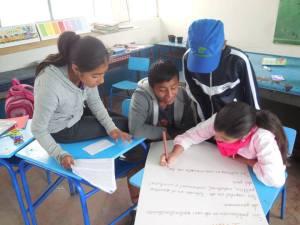 Los estudiantes hacen un trabajo