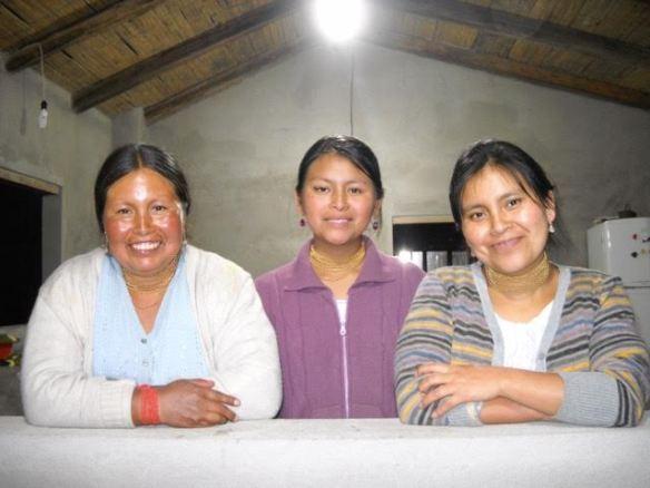 Sara (en el centro) con su madre y su hermana mayor.
