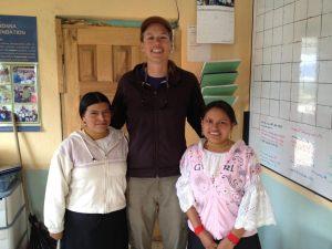 Margarita, su hermana, y Anna en la oficina Tandaña