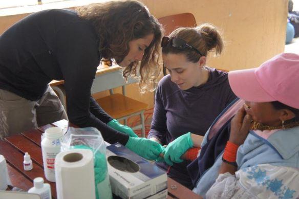 Kiera (derecha) trabaja en el laboratorio durante las vacaciones de Voluntarios de Salud