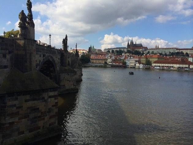 Prag'daki meşhur Charles Köprüsü ve şehrin bir kısmı.