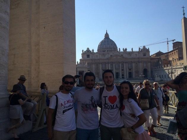 Vatikan'da tanıştığımız Türk arkadaşlar ile, daha sonra İspanyol Merdivenleri'nde de karşılaştık. Roma'da küçük gelmeye başladı :)