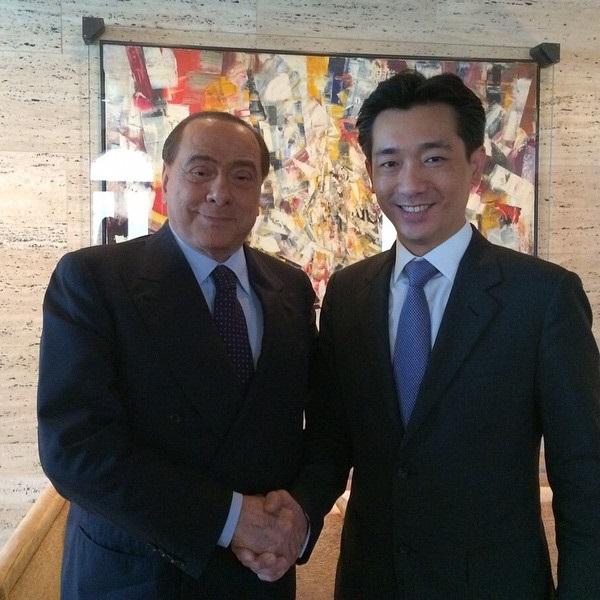 Onursal Başkan Berlusconi, Taylandlı iş adamı ve yatırımcı Bee Taechaubol ile birlikte