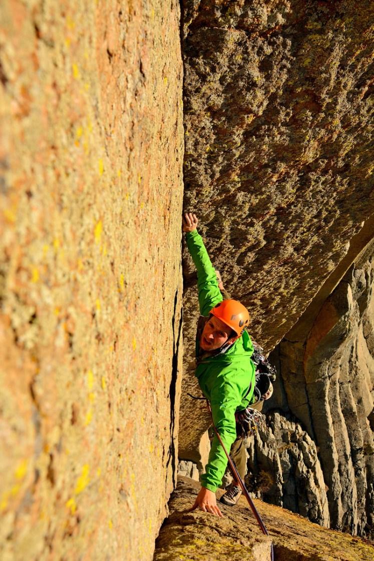 Diego Saez escalando la ruta el matador - devils tower