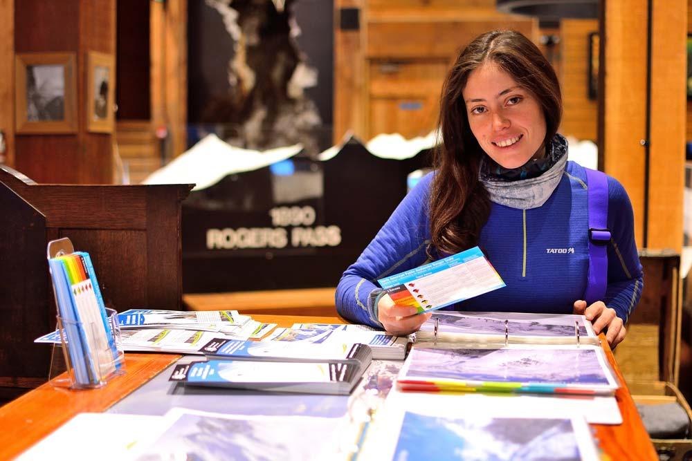 La rutina de todas las mañanas en el Discovery Centre, revisar el boletín de riesgo de avalanchas, el clima  y mantener o buscar el mejor destino de esquí para esas condiciones. Foto: Diego Sáez