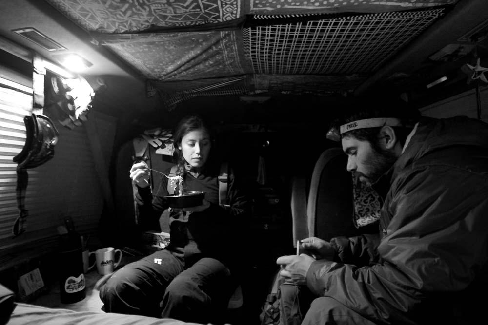 Finalizando el día con una buena comida en el interior de la van. Foto: Diego Sáez
